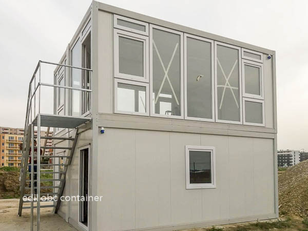 container cu etaj si geamuri mari