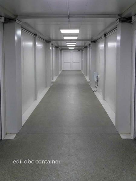 scoala din containere interior culoar lumini