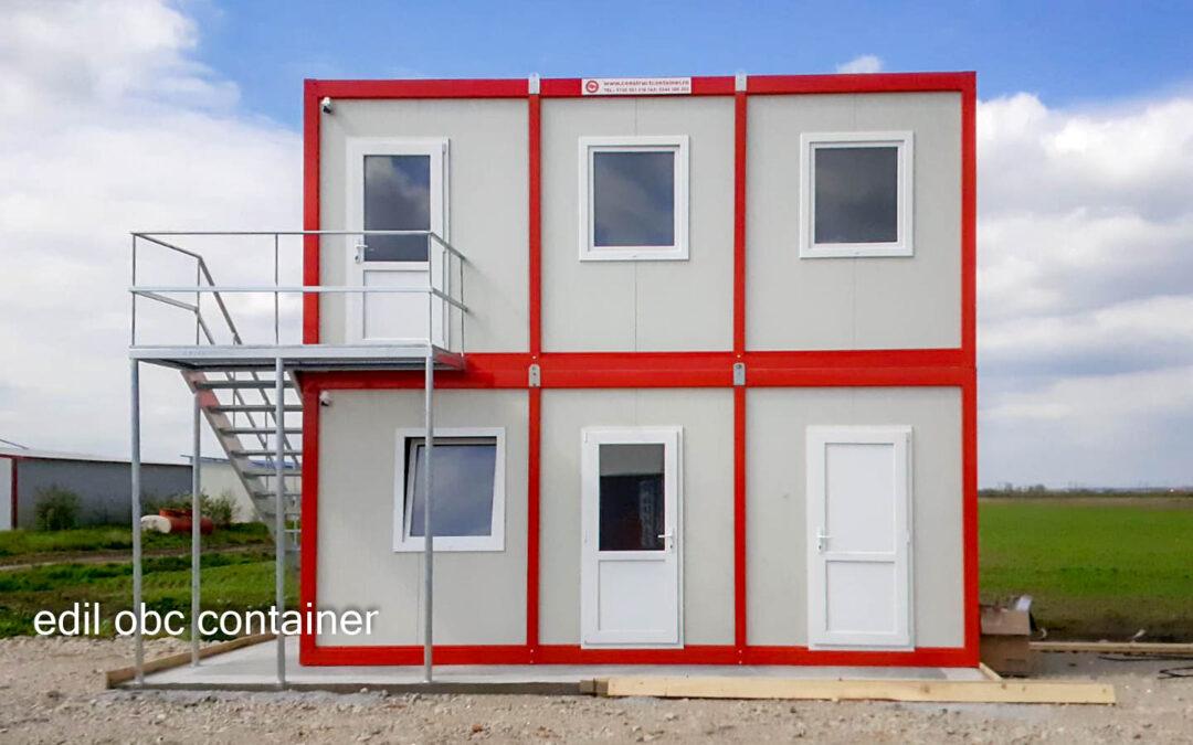 Birouri din module alb-roșu pe două niveluri