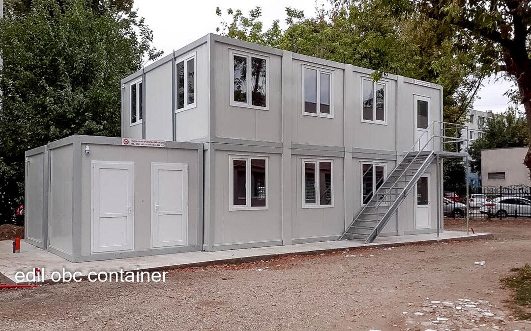 Ansamblu modular cu etaj și scară metalică